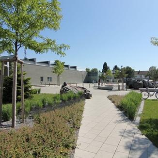 Moderne Parkanlage mit viel Grün