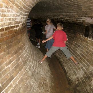 Kinder in der Kanalisation