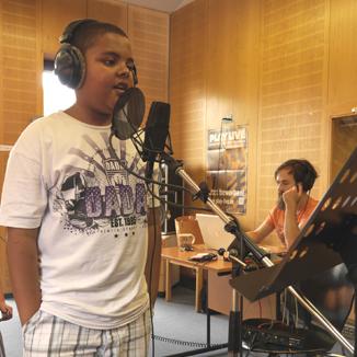 Singendes Kind mit Mikrofon